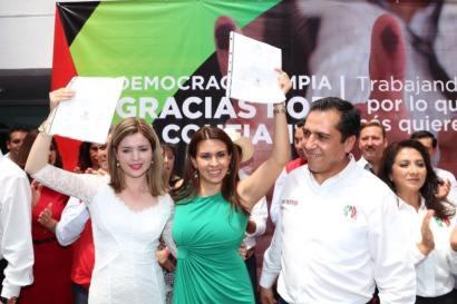 Momentos en que Carolina Viggiano, esposa del gobernador de Coahuila, recibe constancia de mayoría  en las oficinas del PRI Hidalgo.