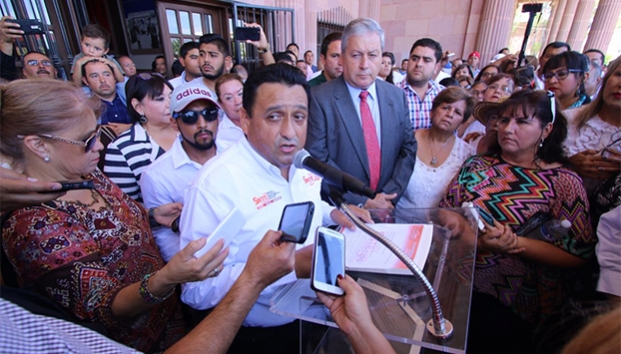 Con acarreados, líder de la 38 exige la renuncia del alcalde de Saltillo